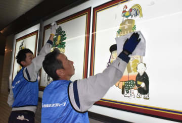 地下道の壁面を清掃する参加者=長崎市、馬町地下歩道
