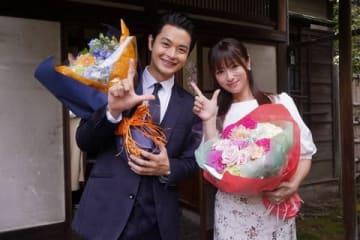 連続ドラマ「ルパンの娘」をクランクアップした瀬戸康史さん(左)と深田恭子さん(C)フジテレビ