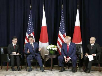トランプ米大統領(中央右)と会談する安倍首相(同左)=25日、米ニューヨーク(共同)