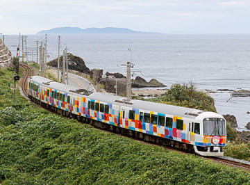 日本海の風景を楽しめる観光列車「きらきらうえつ」。29日に定期運転を終える=鶴岡市・JR羽越本線小岩川駅付近