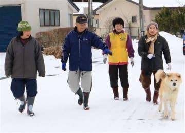 ヘルスツーリズム認証の取得に向け、今年2月に地域住民と実施した秋田犬との散歩(ヘルスケアデザイン秋田提供)