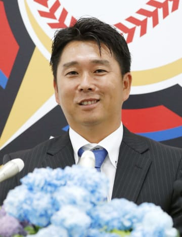 引退会見で笑顔を見せる日本ハムの実松一成2軍育成コーチ兼捕手=26日、札幌市内の球団事務所