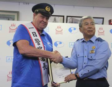 大分県警別府署の一日署長に就任した、ラグビーW杯ニュージーランド代表のスティーブ・ハンセン監督(左)=26日午後、大分県別府市