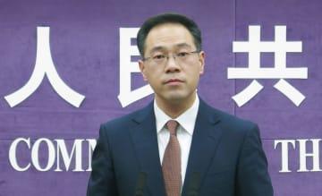 記者会見する中国商務省の高峰報道官=26日、北京(共同)