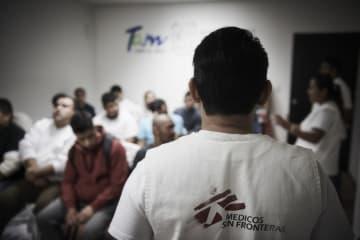 メキシコと米国の国境で送還者を対象に一時診療や心理ケアを提供するMSFスタッフ ⓒ Christina Simons