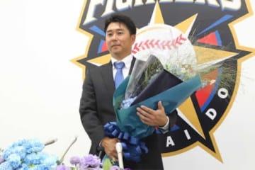 引退会見に臨んだ日本ハム・實松一成【写真:石川加奈子】