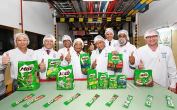 拡張した工場の開所式を実施したネスレ・マレーシアのフアン・アラノルスCEO(左から2人目)ら=25日、ヌグリスンビラン州(同社提供)
