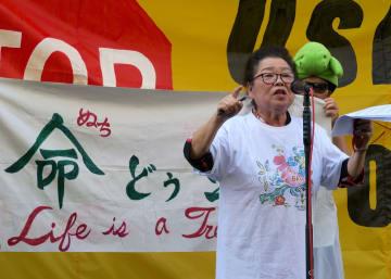 辺野古新基地建設反対を訴えるてい子・与那覇・トゥーシーさん 写真・八巻由利子