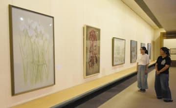 大三島美術館の企画展で並ぶ日本画家竹内浩一氏と村田茂樹氏の作品