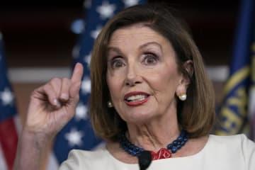 トランプ大統領の電話記録に関する内部告発を巡り、政権を批判する米民主党のペロシ下院議長(AP=共同)