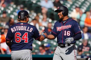 2ラン本塁打を放ち、祝福されるツインズのスクープ(右)=26日、デトロイト(USA TODAY・ロイター=共同)