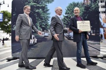 「アビイ・ロード」のジャケットのポーズをまねる英俳優パトリック・スチュワートさん(右端)=26日、米ロサンゼルス・ハリウッド(共同)