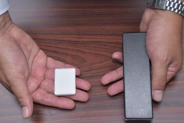 実験で使う小型センサー(左)とルーター(右)=土浦市内
