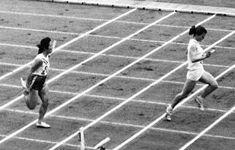 1964年東京五輪、陸上女子400メートルリレー予選で日本チームアンカーとしてゴールする井口任子(左)