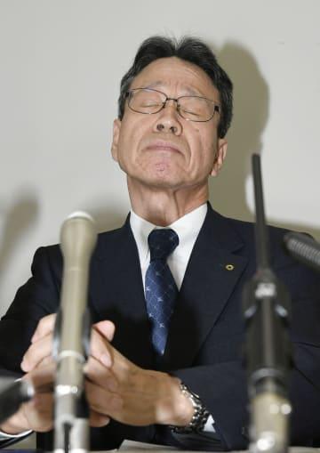 厳しい表情で記者会見する関西電力の岩根茂樹社長=27日午前、大阪市