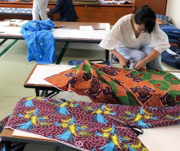 浴衣作りに取り組む女性たち=横浜市西区