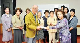 45周年を記念した寄付を山下代表に手渡す菅原会長