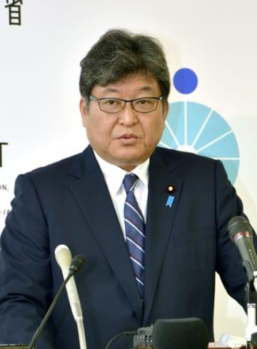 記者会見する萩生田文科相=27日午前、文科省