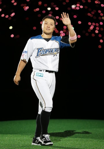 引退セレモニーで場内一周する日本ハム・田中賢=札幌ドーム