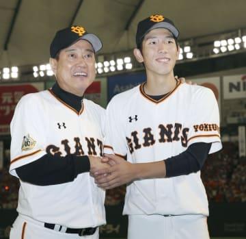 プロ初勝利を挙げ、原監督(左)と握手する巨人・戸郷=東京ドーム