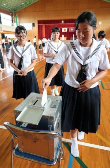 生徒会役員選挙で、宮崎市選管から借りた投票箱に投票する生徒たち=24日、宮崎市・宮崎北中