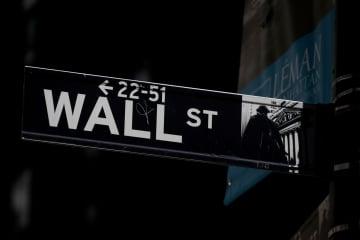 ニューヨーク・ウォール街の標識(ロイター=共同)