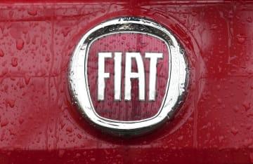 FCAのブランド、フィアット車のエンブレム=2014年1月、イタリア・ミラノ(AP=共同)
