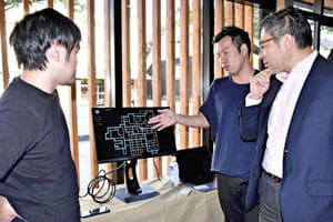 AIを活用した運行システムの概要を説明する浅井社長(右から2人目)
