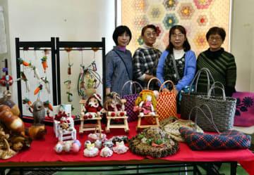 久慈市民市場で手芸品と絵画の展示会を開いた(左から)外舘美代子さん、大西妙子さん、大城生子さん、日沢志奈子さん