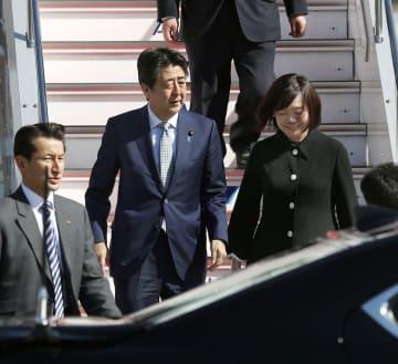 米国とベルギー歴訪を終え、帰国した安倍首相と昭恵夫人=28日午前、羽田空港