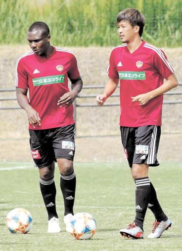 横浜M戦に向けた練習の冒頭で並んで体を動かす平岡(右)とシマオマテ
