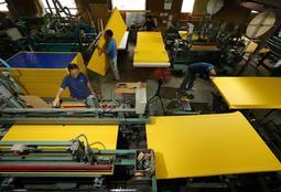 国体に向けて製造される黄色い畳=三木市吉川町実楽