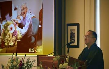 27日、ドナルド・キーンさんのお別れの会で話すキーン誠己さん=ニューヨークのコロンビア大(共同)