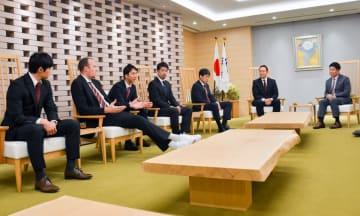 福田市長(右端)に今季の抱負を語る川崎ブレイブサンダースの選手ら=川崎市役所