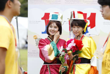 「日韓交流おまつり2019 in Tokyo」で民族衣装を試着する女性たち=28日、東京・日比谷公園