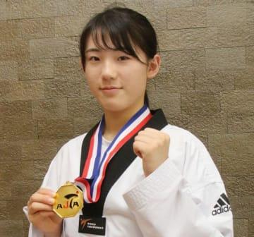 優勝メダルを手にする西田さん