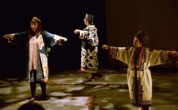舞踏劇「(残)響 ポーランドと日本に架ける橋」に出演した楢木貴美子さん(右)=28日午後、札幌市