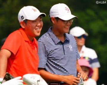 米澤蓮(左)はスコアを落としたものの、首位タイで最終日へ(撮影:ALBA)