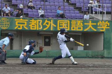 東山-龍谷大平安 5回表東山1死満塁、北尾が左翼線に2点二塁打を放つ(わかさスタジアム京都)