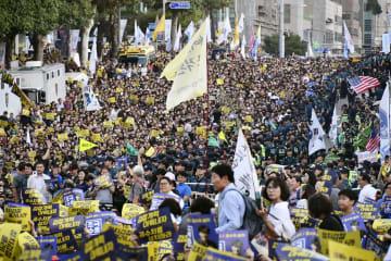 チヨ・グク法相が進める検察改革を支持する集会で、ソウル中央地検前の通りを埋め尽くす市民ら=28日、ソウル(共同)