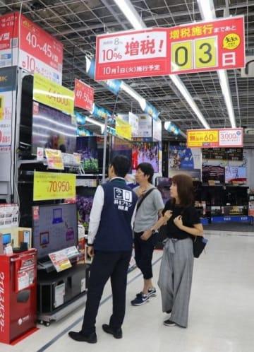 増税前に大型家電の売り上げが好調なビックカメラ岡山駅前店の売り場