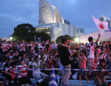 ファンゾーンのパブリックビューイングで日本代表を応援する観客ら=横浜市西区の臨港パーク