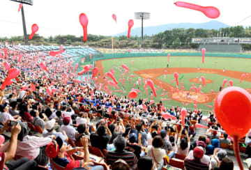 新生あづま球場で行われたプロ野球イースタン・リーグ楽天 日本ハムの公式戦。大勢の観客で盛り上がった