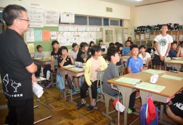渡辺俊一会長(左)を講師に「青森シャモロックザ・プレミアム#6」について学ぶ児童
