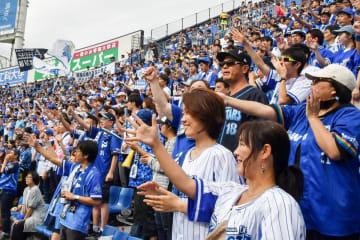 今シーズン最終戦で熱い声援を送るベイスターズファン=横浜スタジアム