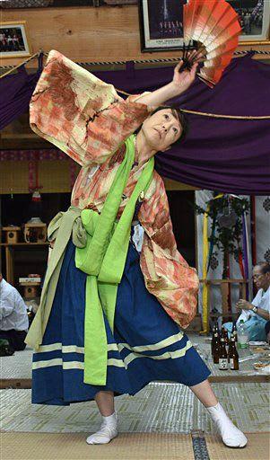 湯立神楽の演目の一つ、「下舞」を披露する山内さん=8日、南部町の相内熊野神社