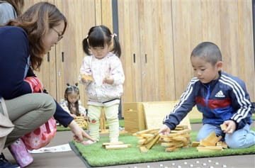 県産材の積み木で遊ぶ親子連れら