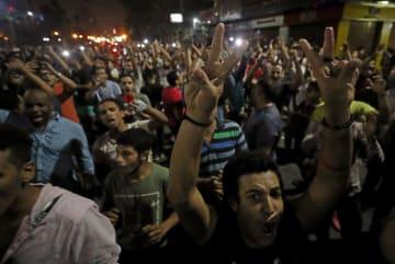 21日、エジプト・カイロの中心部で反政府デモに参加した人々(ロイター=共同)