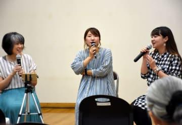 不登校の経験や悩みを語り合う(左から)後藤誠子代表、風見穏香さん、美空さん