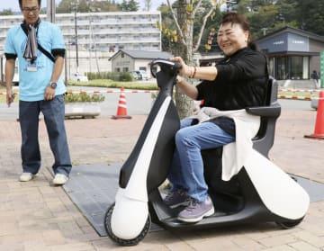 1人乗り小型電気自動車を試乗する藤井かつさん=29日、宮城県女川町